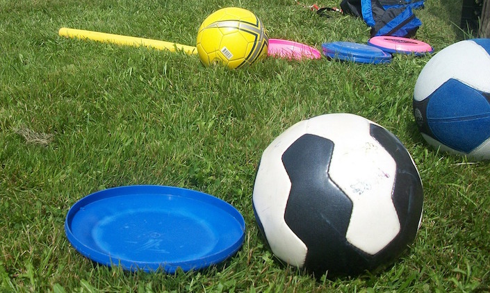 jeux enfants ballon soccer frisbee Photo PublicDomainPictures via Pixabay