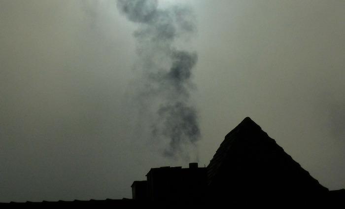 fumee cheminee maison gaz effet de serre pollution photo Hans via Pixabay CC0