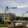 Un homme désespéré se jette en bas d'un feu de circulation !
