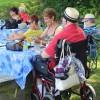 Des proches aidants en pique-nique au parc régional