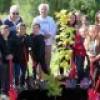 Des jeunes impliqués dans une grande plantation d'arbres