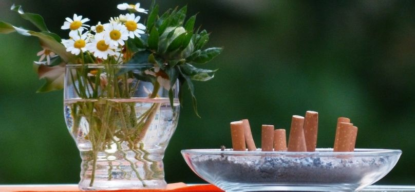 Des cigarettes mal éteintes causent des incendies dans des aménagements paysagers