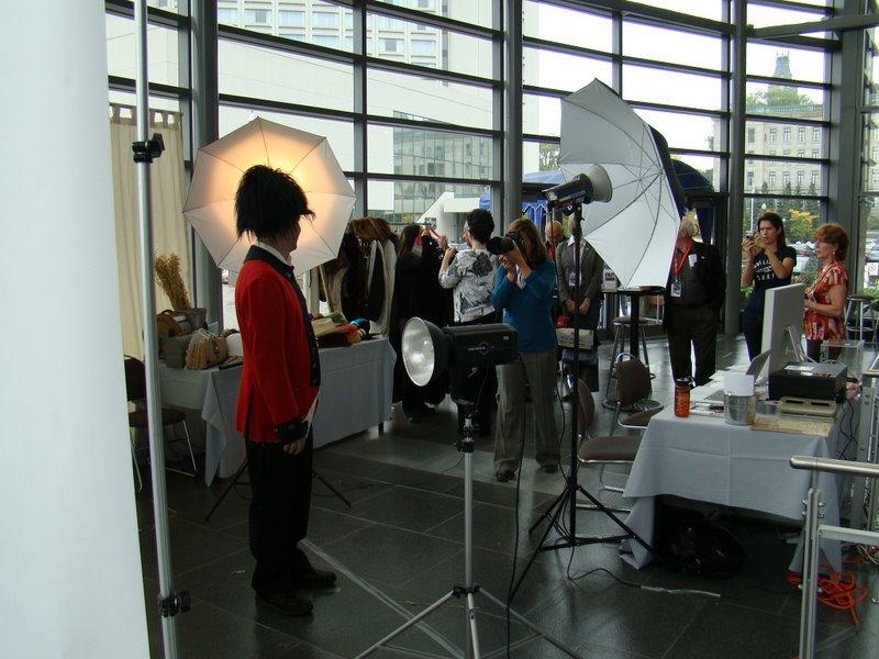 congres-fqm-2010-photographe-josianefarand-avec-congressiste-kiosque-suroit-photo-courtoisie