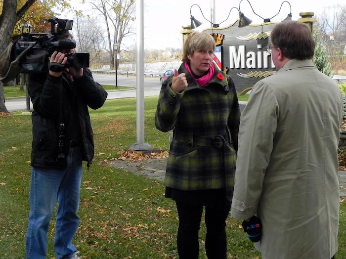 Nathalie_Simon et une equipe de CTV Dossier Tour de telecommunications Photo courtoisie