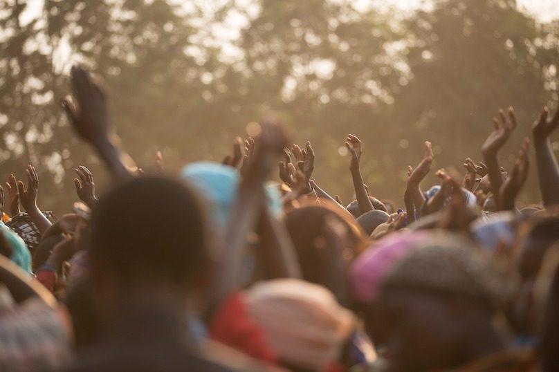 afrique peuple africain espoir chant mains photo Free-Photos via Pixabay