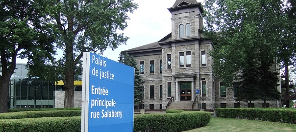 Palais_de_justice Valleyfield devant_et_panneau Photo_INFOSuroit_com