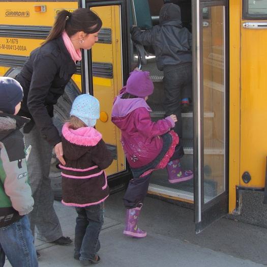 Enfants embarquant dans autobus scolaire sous supervision de Joannie Faubert Photo CSVT publiee par INFOSuroit.com_vC