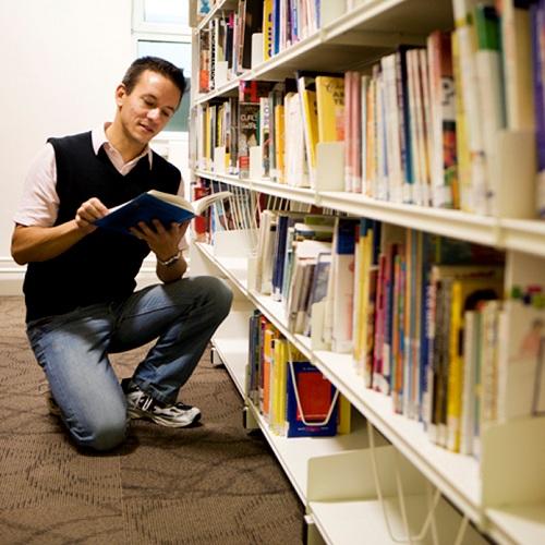 bibliotheque livres lecture auteurs Photo CPA publiee par INFOSuroit.com_