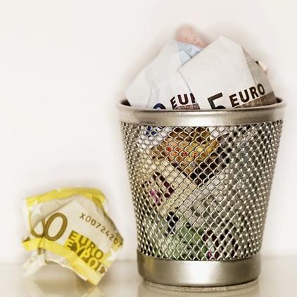 argent-euro-poubelle-crise-financiere-Photo-CPA-publiee-par-INFOSuroit-com_