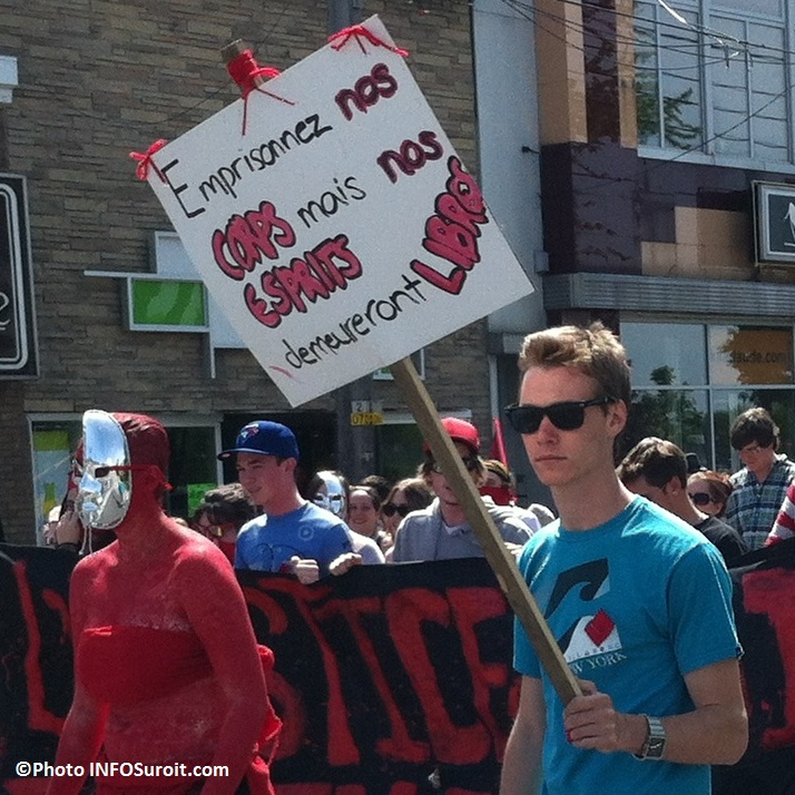 Manifestation-etudiante-18-mai-Valleyfield-Emprisonnez-nos-corps-mais-nos-esprits-demeureront-libres-Photo-INFOSuroit-com_