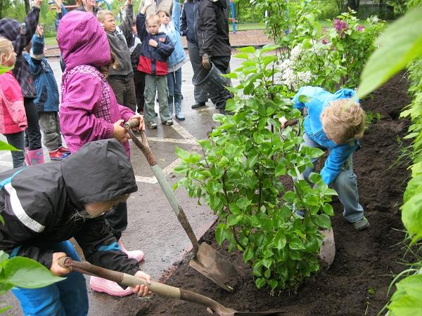 Plantation-arbres-et-embellissement-cours-ecoles-de-Soulanges-Photo-courtoisie-publiee-par-INFOSuroit-com_