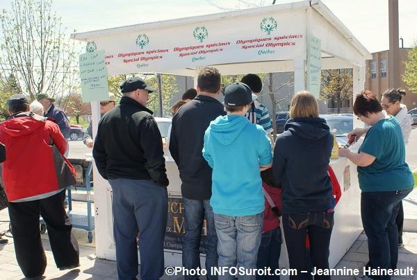 SQ-Hockeyton-2012-kiosque-hot-dog-Photo-INFOSuroit-com_Jeannine-Haineault