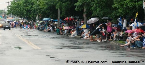 Defile-St-Jean-Baptiste-2012-assistance-et-parapluies-Photo-INFOSuroit-com_Jeannine-Haineault