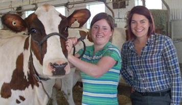 Melissa-Sylvestre-avec-vache-et-Mercedes-Lussier-Trepanier-Photo-courtoisie-publiee-par-INFOSuroit-com_