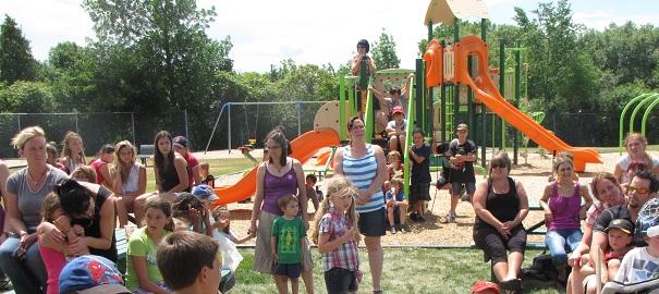 Parc-Ecole-St-Etienne-de-Beauharnois-inauguration-parents-enfants-Photo-courtoisie-publiee-par-INFOSuroit-com_
