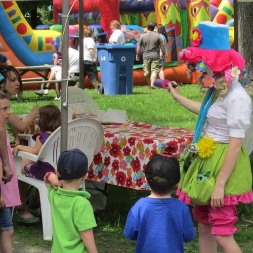 Pique-nique-Parc-Salaberry-2012-clown-enfants-et-jeux-gonflables-Photo-courtoisie-publiee-par-INFOSuroit-com_