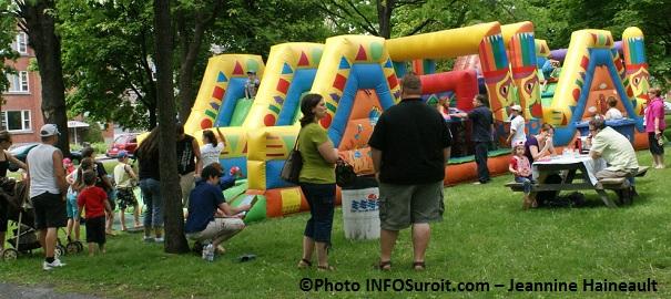 Pique-nique-Parc-Salaberry-famille-enfants-jeux-gonflables-Photo-INFOSuroit-com_Jeannine-Haineault