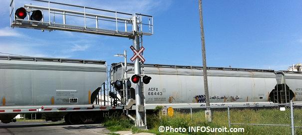 train-marchandise-passage-a-niveau-feu-circulation-chemin-de-fer-Photo-INFOSuroit-com_