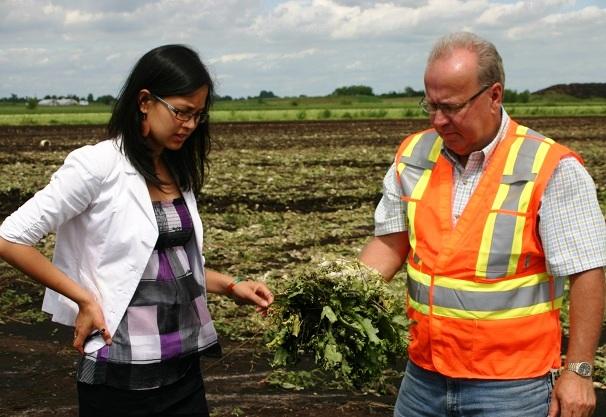 Anne-Quach-et-Romain-Trudeau-representant-municipalite-avec-recolte-devastee-Photo-courtoisie-publiee-par-INFOSuroit-com_