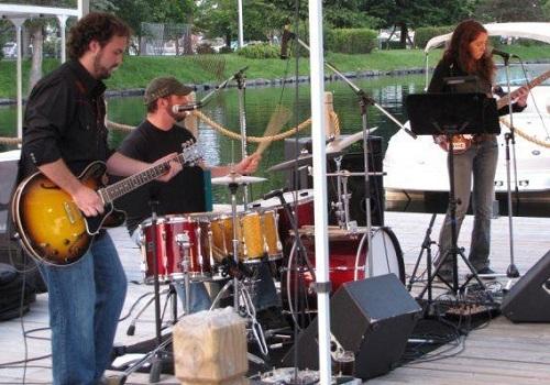 Jugband-Trio-en-concert-a-Valleyfield-et-bientot-a-Beauharnois-Photo-Jugband-Trio-publiee-par-INFOSuroit-com_