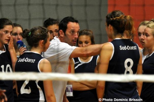 Volleyball-Sud-Ouest-entraineur-Michel-Manning-et-equipe-Photo-Dominic-Brisson-publiee-par-INFOSuroit-com_