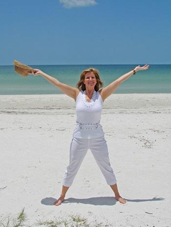 vacances-femme-chapeau-de-paille-plage-mer-Photo-CPA-publiee-par-INFOSuroit-com_