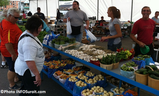Marche-public-Valleyfield-kiosque-Freres-Leduc-legumes-fruits-Photos-INFOSuroit-com_