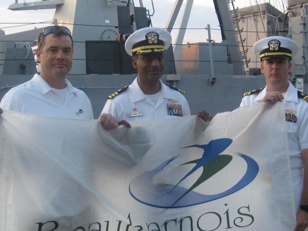 Patrick-Laniel-remet-drapeau-Beauharnois-aux-commandants-du-USS-DeWert-Photo-courtoisie-publiee-par-INFOSuroit-com_