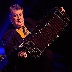 Romulo-Larrea-avec son-bandoneon-Photo-Ensemble-Romulo-Larrea-com_