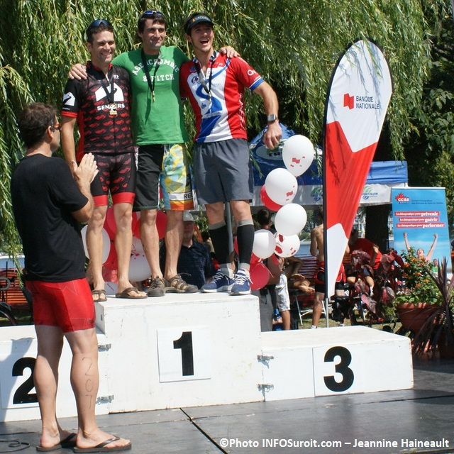 Triathlon-Valleyfield-2012-gagnants-sur-podium-Photo-INFOSuroit-com_Jeannine-Haineault