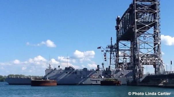 Une-des-fregates-americaines-sous-pont-St-Louis-Photo-Linda-Cartier-publie-par-INFOSuroit-com_