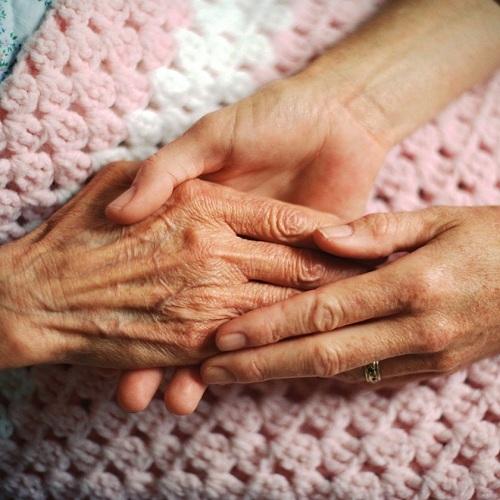 mains-personne-agee-aide-soutien-moral-Photo-CPA-publiee-par-INFOSuroit-com_