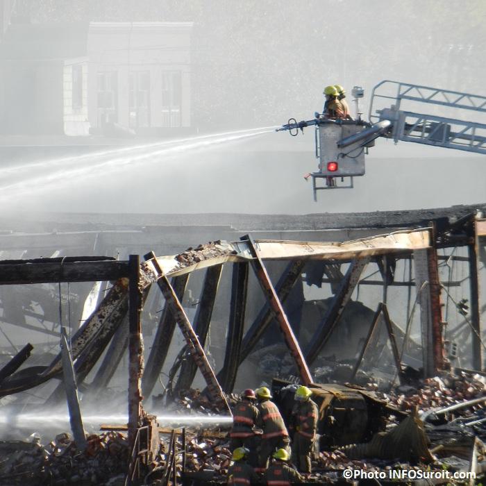 Incendie-ex-usine-Spexel-Beauharnois-Pompiers-en-action-dans-les-decombres-Photo-INFOSuroit-com_