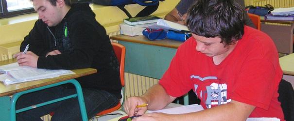 Etudiants a leur bureau Photo Commission scolaire Vallee-des-Tisserands publiee par INFOSuroit