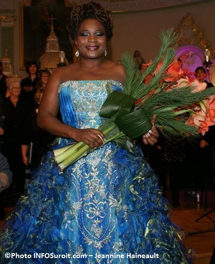Marie-Josee-Lord-avec-fleurs-Concert-de-Noel-Photo-INFOSuroit-com_Jeannine-Haineault