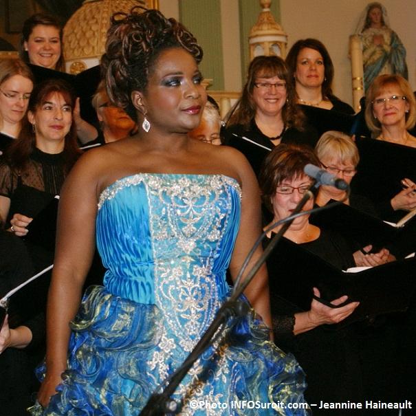 Marie-Josee-Lord-et-Choeur-en-Fugue-Concert-de-Noel-Photo-INFOSuroit-com_Jeannine-Haineault