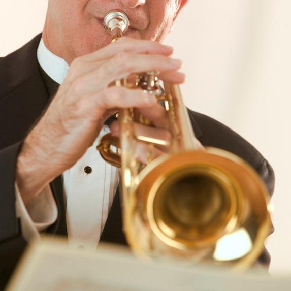 Trompette-trompettiste-musicien-orchestre-concert-Photo-CPA-publie-par-INFOSuroit_com_