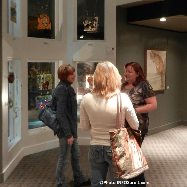 Artiste-Carole_Lavoie-avec-visiteurs-Galerie-art-MRC-a-Beauharnois-Photo-INFOSuroit