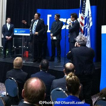 CSX-president-Michael_J_Ward-derriere-ministre-Sylvain_Gaudreault-Photo-INFOSuroit_com