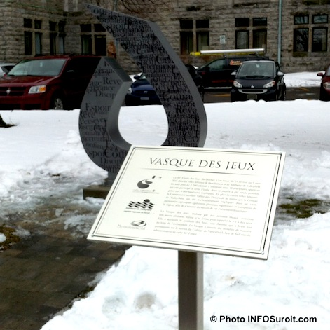 Vasque-des-Jeux-du-Quebec-2011-Plaque-honorifique-devant-College-de-Valleyfield-Photo-INFOSuroit_com