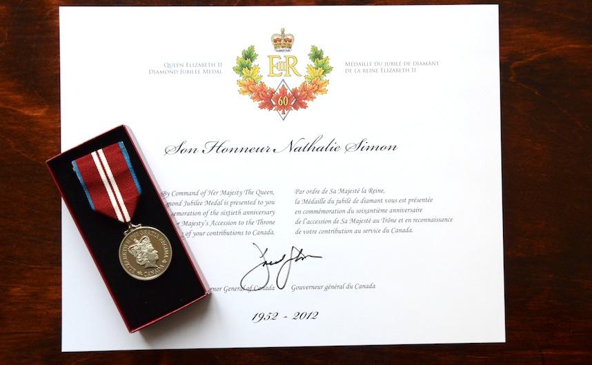 Medaille-du-jubile-de-diamant-a-Nathalie_Simon-mairesse-de-Chateauguay-Photo-publiee-par-INFOSuroit