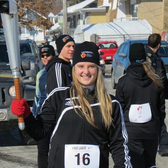 Porteur-du-relais-de-la-flamme-des-Jeux-du-Canada-Sherbrooke-2013-Photo-courtoisie-JDC