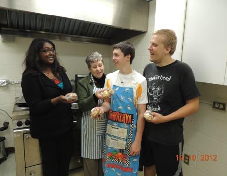 benevoles-en-action-Diane_Audet-avec-etudiants-du-HAECC-Photo-courtoisie