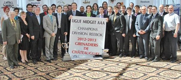 Brunch-des-Champions-LHMAAAQ-Grenadiers-de-Chateauguay-avec-banniere-et trophee-Photo-Martin-Theriault