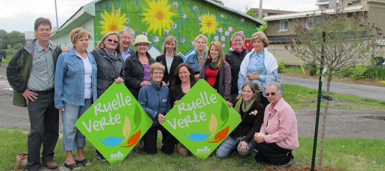 Ruelles_vertes-a-Valleyfield-les-intervenants-avec-arbre-TD-21-mai-2013-Photo-courtoisie