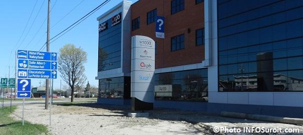 Tourisme-Suroit-bureaux-1000-Place-Alexandre-Valleyfield-avec-banniere-Information-touristique-Photo-INFOSuroit_com