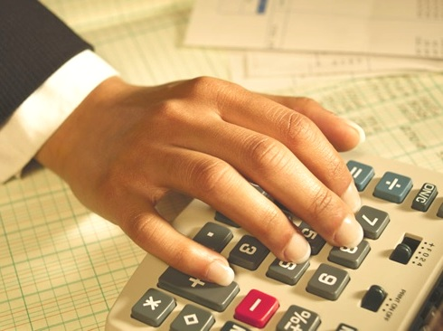 calculatrice-finance-argent-etats-financiers-comptable-Photo-CPA-publiee-par-INFOSuroit