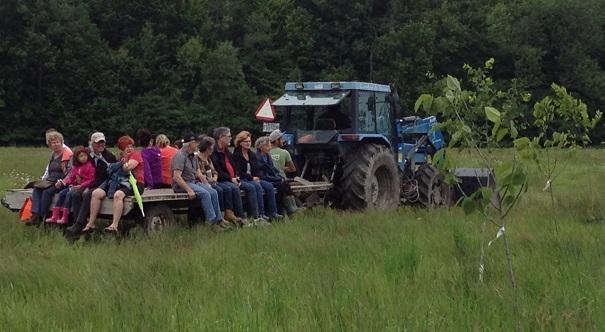 Beauharnois-plantation-arbres-Bois-Robert-tracteurs-et-participants-pour-identifications-Photo-courtoisie