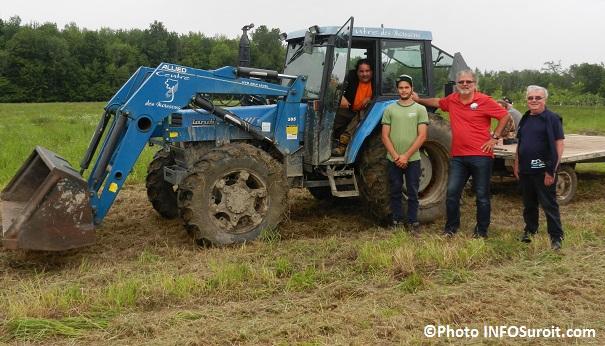 Beauharnois-plantation-arbres-tracteur-Giulio Neri et etudiant-Centre-des-Moissons-maire-C_Haineault-et-conseiller-G_Dagenais-Photo-INFOSuroit