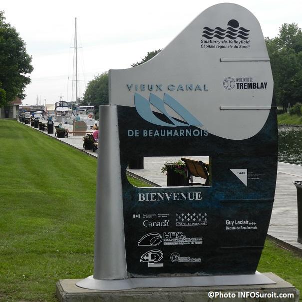 Enseigne-Vieux-Canal-de-Beauharnois-a-Valleyfield-avec-Bateaux-et-bancs-Photo-INFOSuroit_com